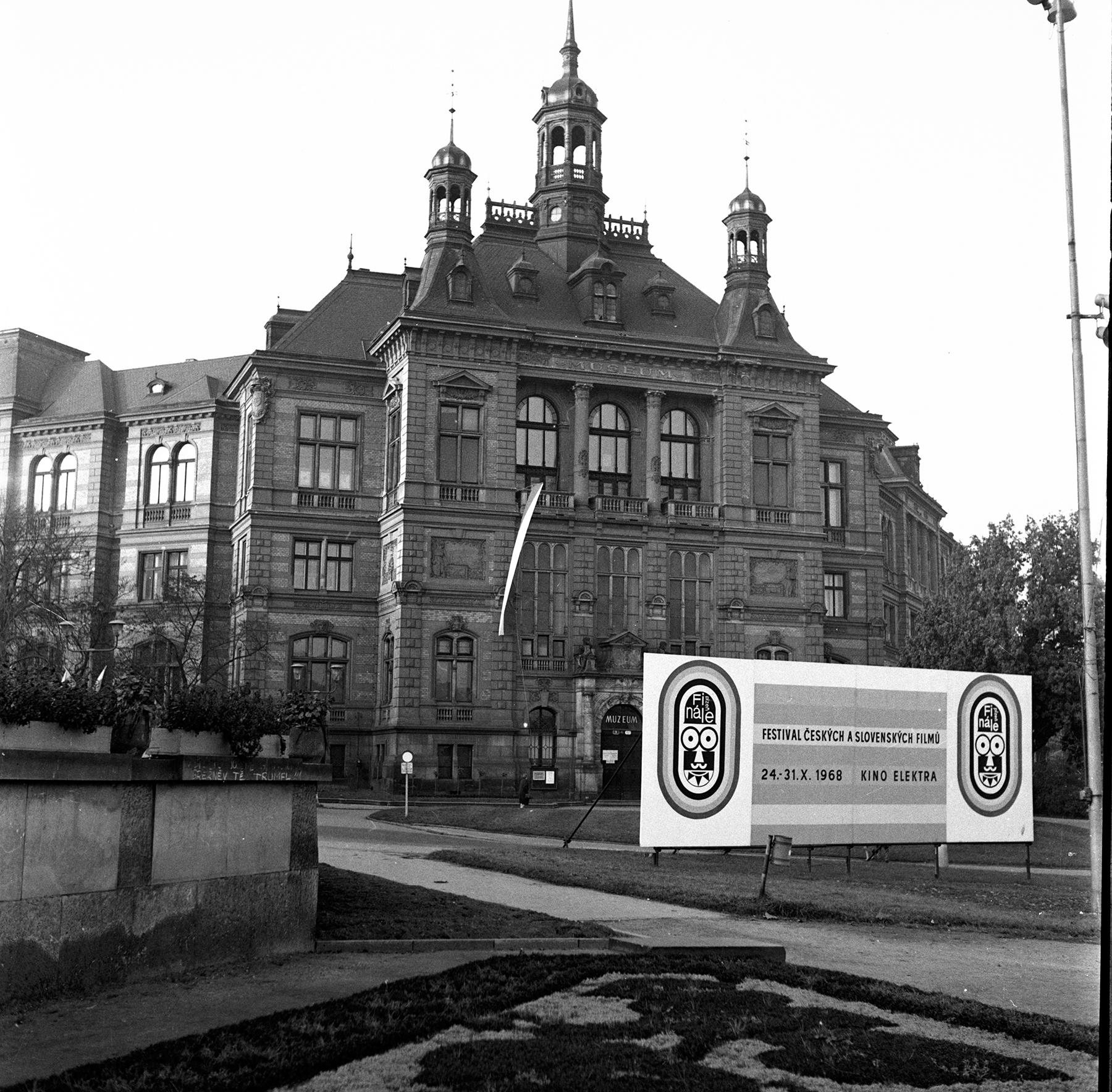 Poutač na Finále před Západočeským muzeem v Plzni