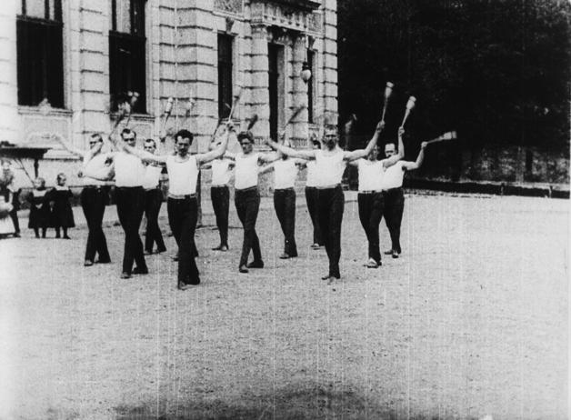Cvičení kužely sokolů malostranských (1898). Foto: Národní filmový archiv