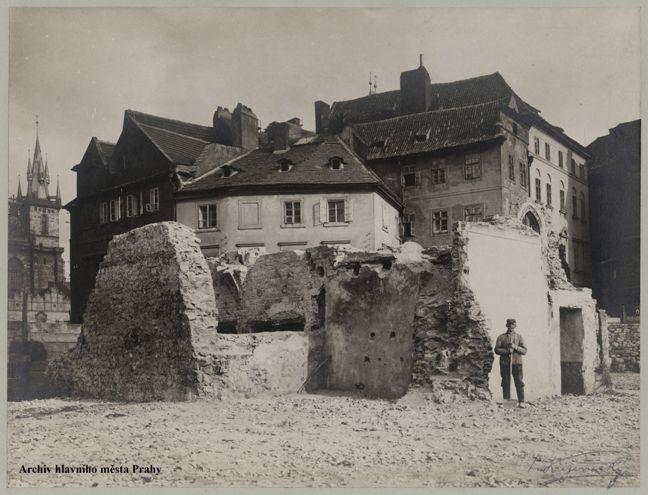 Pohled na zbytky románského zdiva nalezeného při bourání domu čp. 16 v ulici U radnice na Starém Městě, 3. 4. 1909 (foto: Archiv hlavního města Prahy)